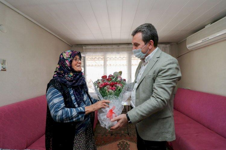 Bergamalı koca çınar Selmiye anneye ve şehit annesi Fatma Yılmaz'a Başkan Koştu'dan ziyaret