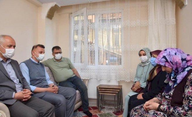 Şehit ailesi belediye başkanının hediye ettiği eve taşındı