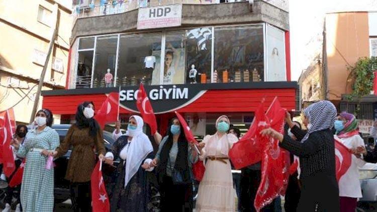 Oğluna kavuşan anne, HDP il binası önünde Türk bayrağıyla halay çekti