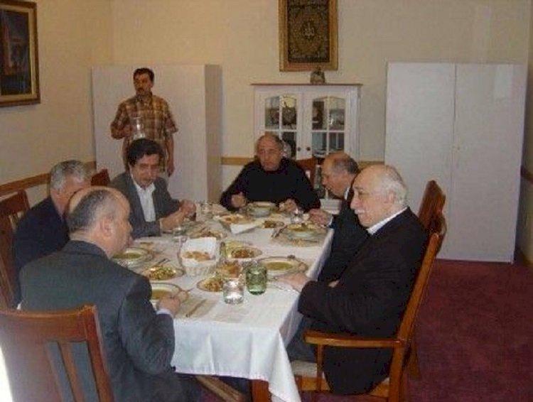 Şu masada yemek yiyenlerin hepsi serbest, bir tek sürahiyi tutan adam hapiste.
