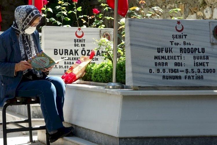 Bursa'da şehit yakınları arife gününden mezarlığa koştu
