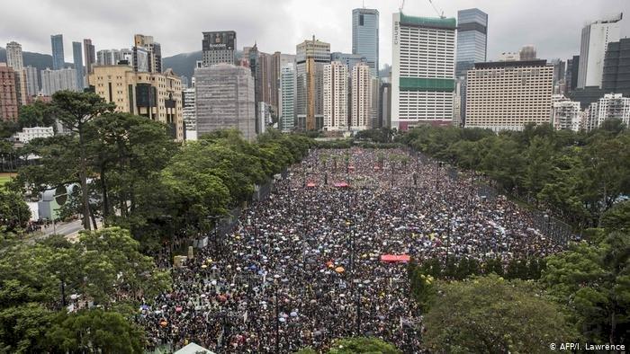 Facebook ve Twitter Çin'de yüzlerce hesabı askıya aldı
