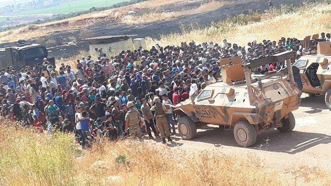 On binlerce Suriyeli sınırlarımıza yürüyor!