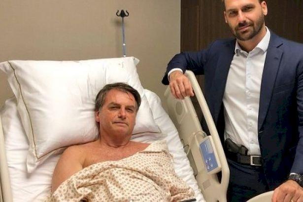Bolsonaro'nun oğlu hastanede silahla poz verdi