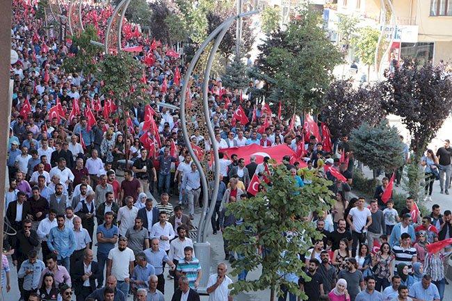 Teröre tepki büyüyor: Bayrakları alıp sokağa çıktılar