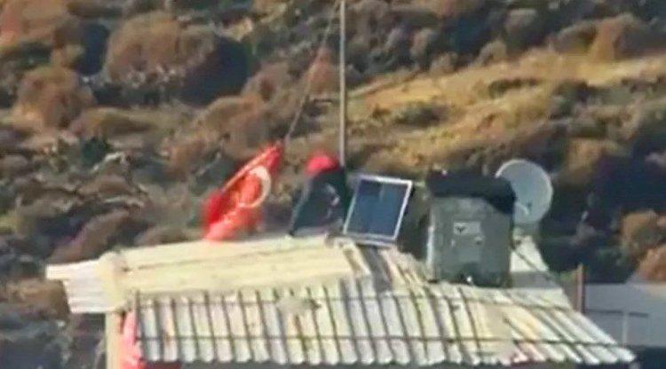 Eşyalarından önce çatıdaki Türk bayrağını kurtardı