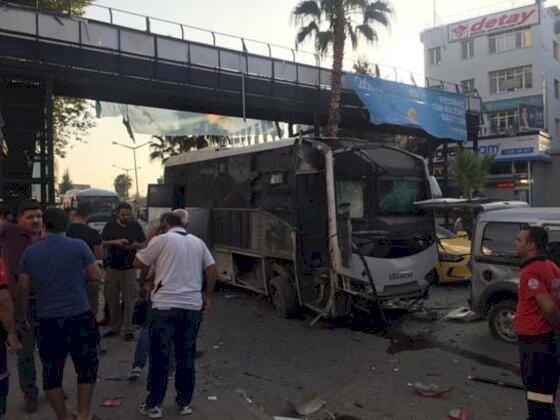 Adana'da zırhlı polis servis aracına bombalı saldırı