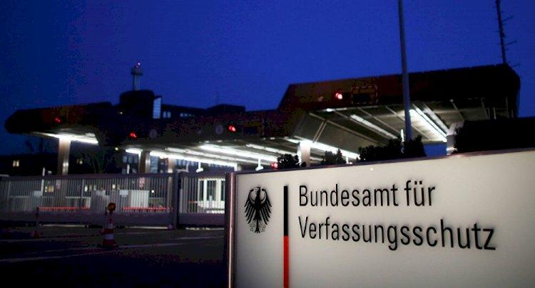 Almanya'da aşırı sağcı istihbaratçı görevinden uzaklaştırıldı