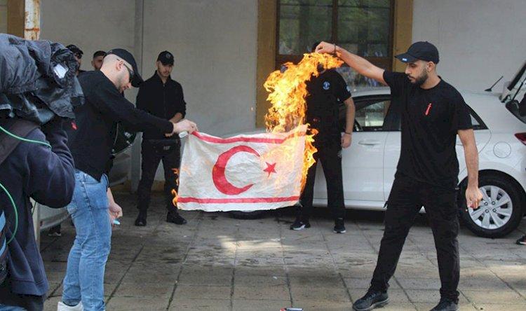Dışişleri: Kıbrıs Rum tarafında, KKTC bayrağı yakılmasını kınıyoruz