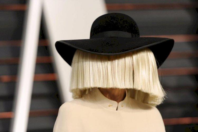 """Sia """"gerçek yüzünü"""" gösterip, gittiği markette Şükran Günü alışverişi yapanların parasını ödedi"""