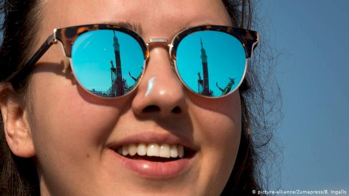 Japon kadınlara işyerinde gözlük yasağı