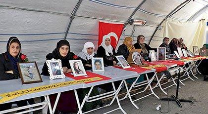68 aile, HDP il binası önündeki oturma eylemini 134'üncü günde de sürdürdü.